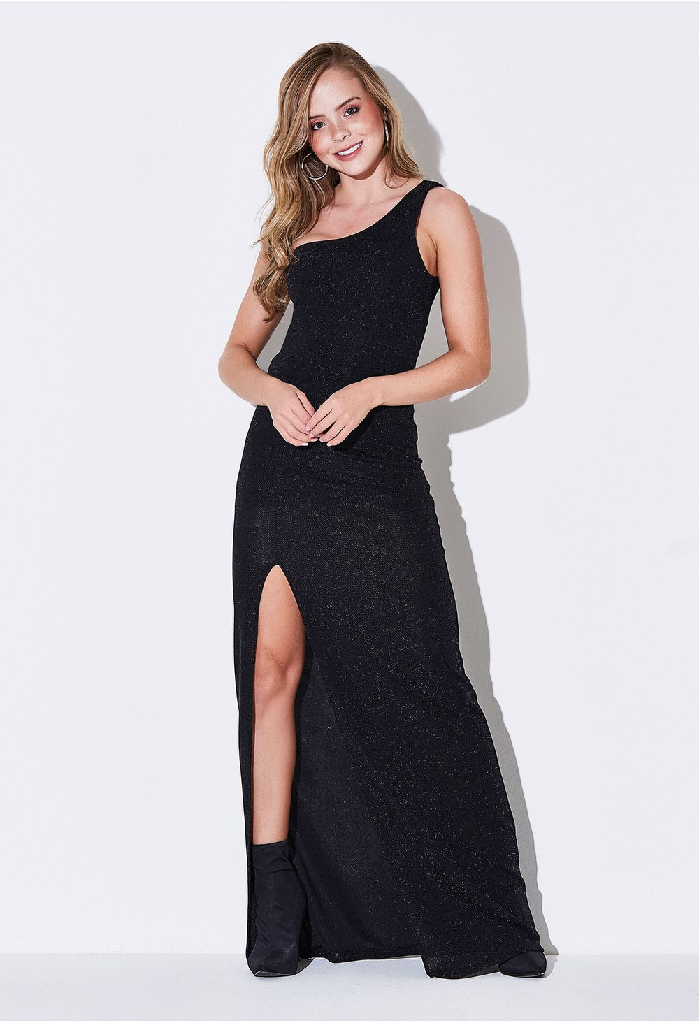 Vestido negro con un solo hombro